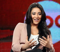 http://img19.imagevenue.com/loc257/th_14099_pretty_little_liars_tca_panel_5_122_257lo.jpg